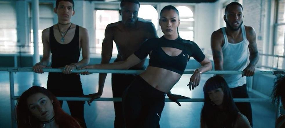 Modelo transgênero é protagonista de nova campanha da Nike