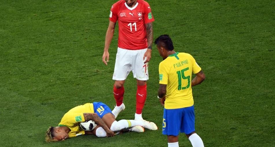 Bar promete bebida grátis a cada tombo de Neymar