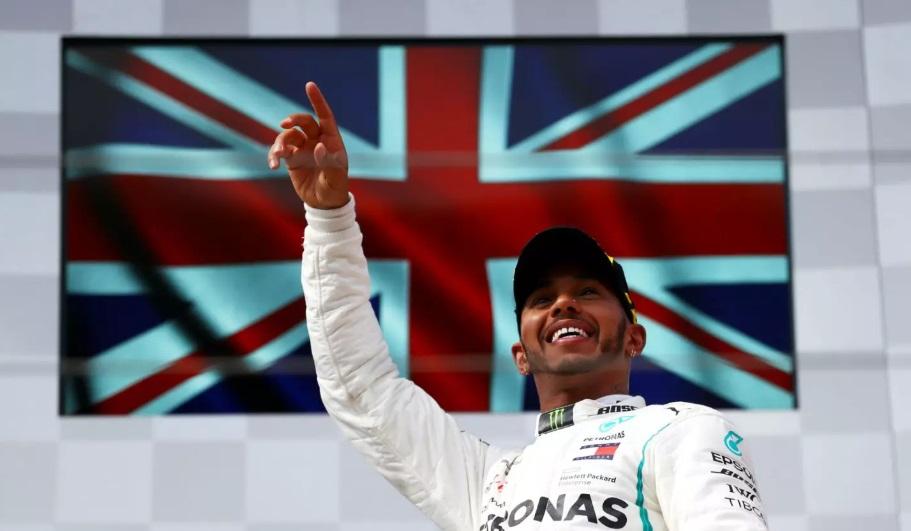 Lewis Hamilton renova e seguirá na Mercedes por mais duas temporadas