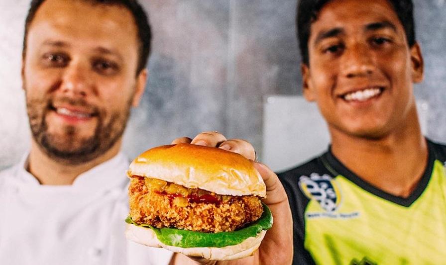 Hamburgueria escala goleiro do Íbis para lançar hambúrguer de frango