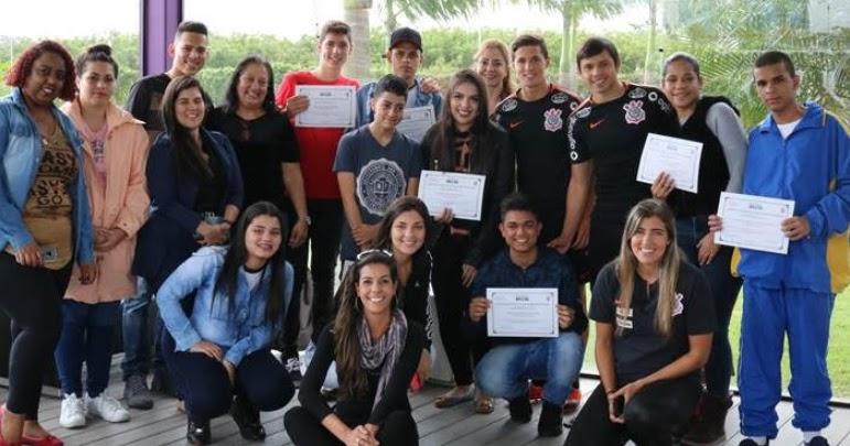 Universidade Brasil entrega bolsas de estudo a alunos no CT do Corinthians