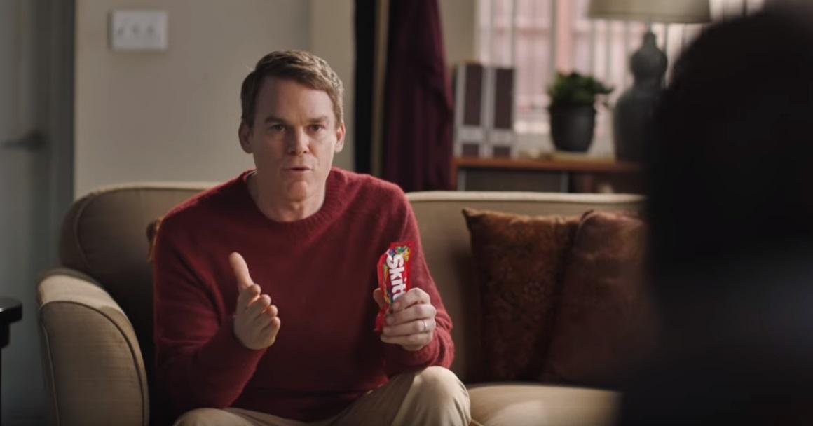 """Skittles escala ator Michael C. Hall para """"concorrer"""" com Super Bowl"""