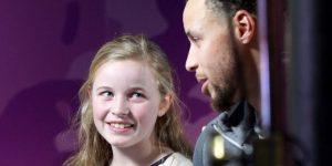 Stephen Curry joga com tênis que garota de 9 anos ajudou a desenhar
