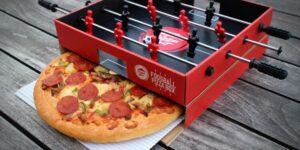 Pizza Hut cria mesa de pebolim com caixa de pizza