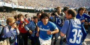 Prefeito anuncia que estádio do Napoli será chamado de Diego Armando Maradona