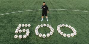 Após gol 500, Luis Suárez doa bolas de futebol para jovens jogadores