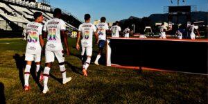 Camisas do orgulho LGBTQIA+ rendem mais de R$ 100 mil em leilão